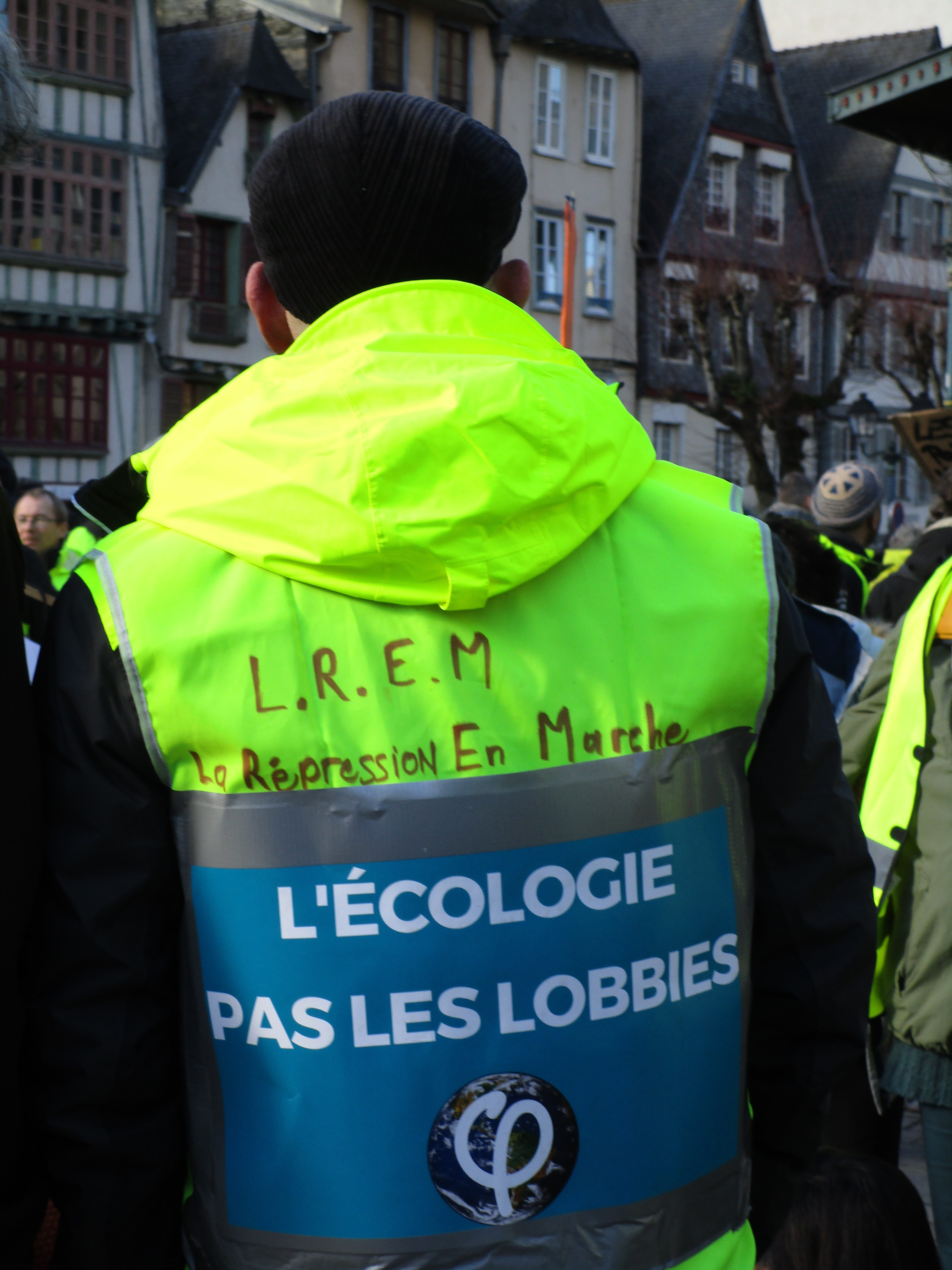 Un gilet jaune portant les couleurs de la France Insoumise lors de la manifestation régionale de l'acte XII, à Morlaix, le 2 février 2019 (photo: Alix Levain)